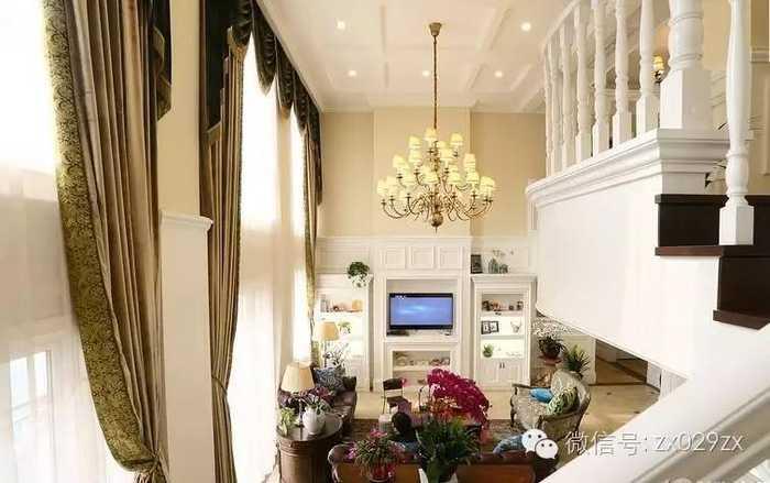 站在楼梯上看客厅全景