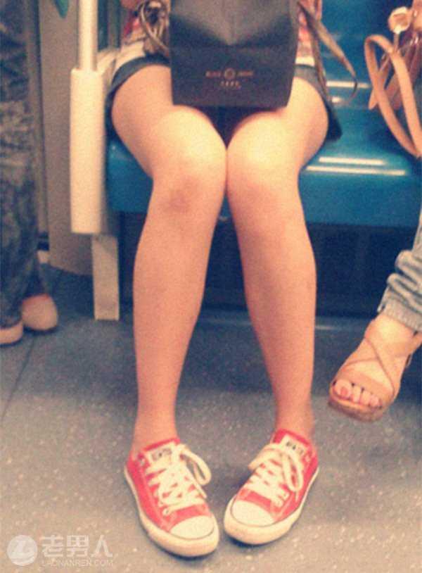 女子地铁上抽猥琐男_走出车厢后,小文来到地铁警务室,留下了联系方式和猥琐男的照片.