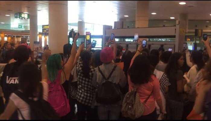 虽然遭到大批粉丝围堵,但张艺兴还是边走边贴心的为粉丝签名