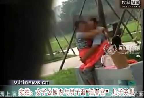 和朋友妈妈激情视频_不一会,视频上的小男孩冲上去督促妈妈快走,可是这位母亲并没有要