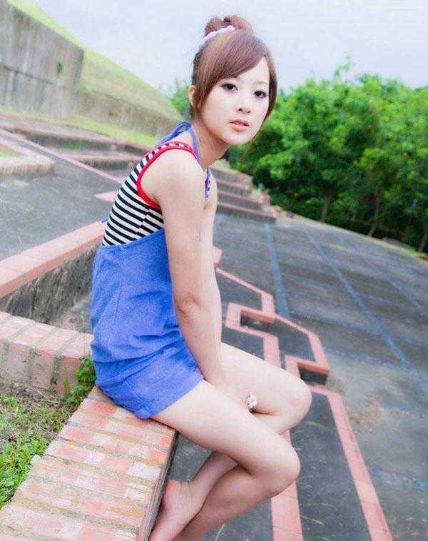 台湾美眉果子清纯可爱户外写真