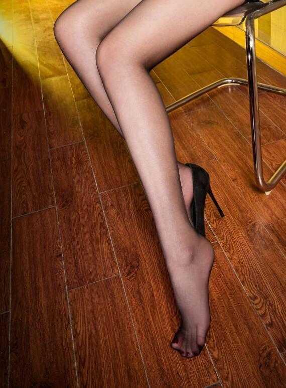 时尚美女高跟鞋单下跪膝美女图片
