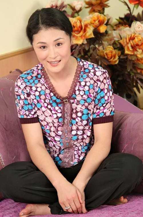 于月仙与赵本山的老婆马丽娟是表姐妹的关系,而在戏外作为姐夫与