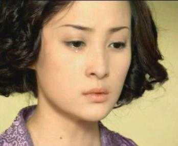 2002年,蒋勤勤与林心如,谭耀文主演电视剧《半生缘》,扮演风尘女子顾图片