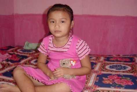 擦幼小女孩穴_眼看着这个年幼的小女孩,竟然是柬埔寨的童妓,真是让人心疼.