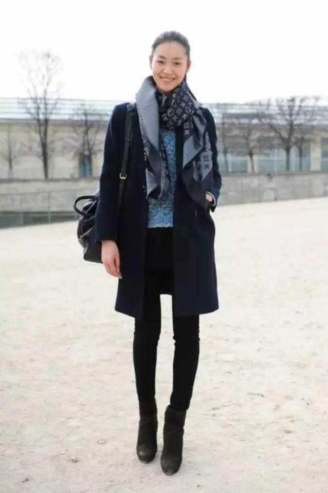 黑色小脚裤搭配及裸短靴