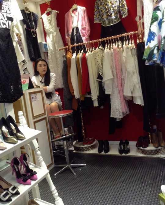 服装店里骚的一匹的老板娘,微微一硬表示尊敬线号十重庆别墅图片