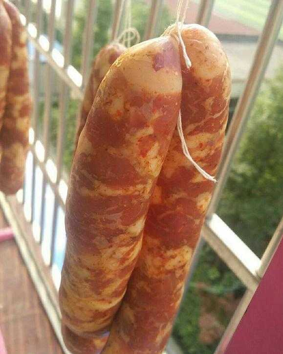 6,最后将腌制搅拌好的肉用灌肠器灌入到猪猪肉中就了夏天冰箱放肠衣可以放几天图片