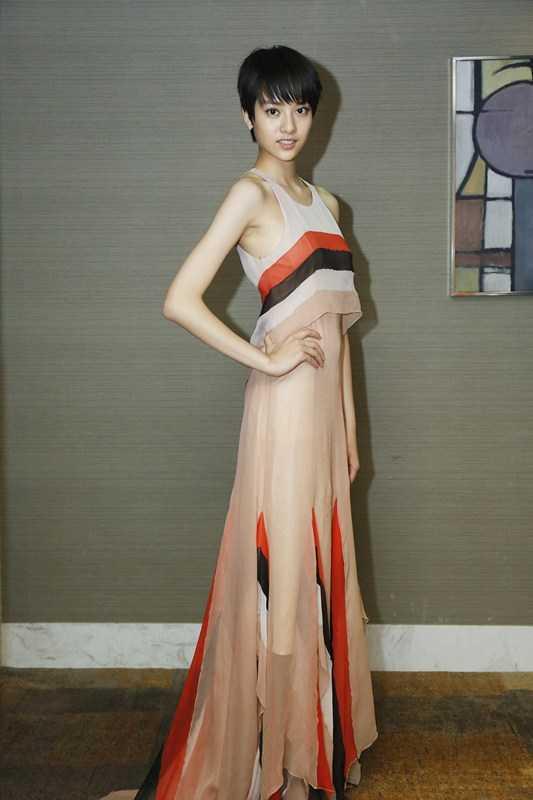 张艺上出席上海电影节 粉色长裙清新可人