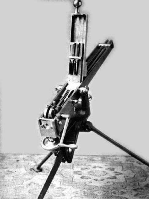 双管加德纳机枪,其上部打开,可看到内部结构图片