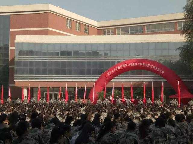 河北大学工商学院吧_8日上午在科技广场举行了 河北大学工商学院 16级新生开学典礼暨军训