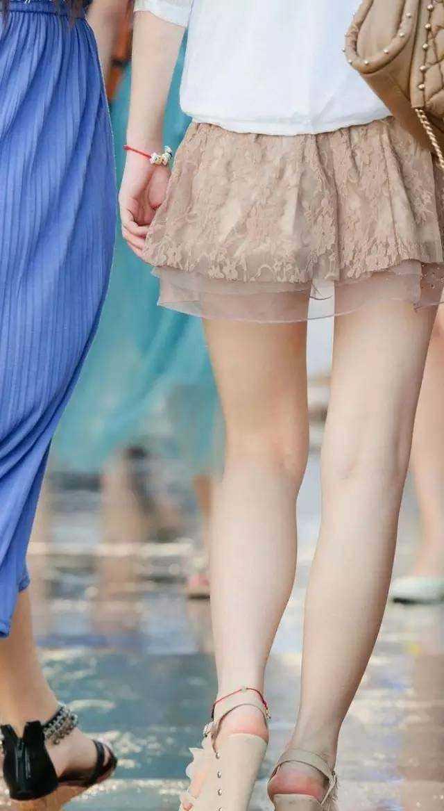喜欢老婆和别的鸡吧日_看见穿的短的女人总是有一种莫名的鸡动,这就是多数女人喜欢穿短裙
