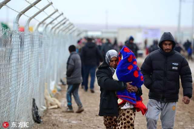 伊拉克难民在营地里过冬 缺水缺电生活艰难