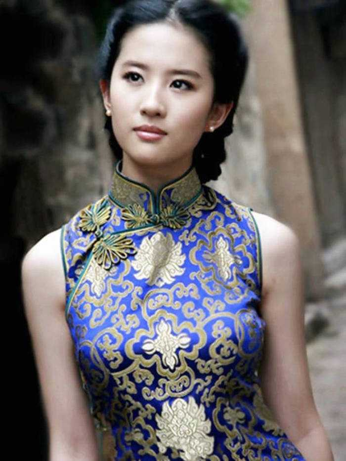 插刘亦菲逼_同样是身穿旗袍,刘诗诗端庄优雅,刘亦菲灵气逼人,而郑爽却成这样