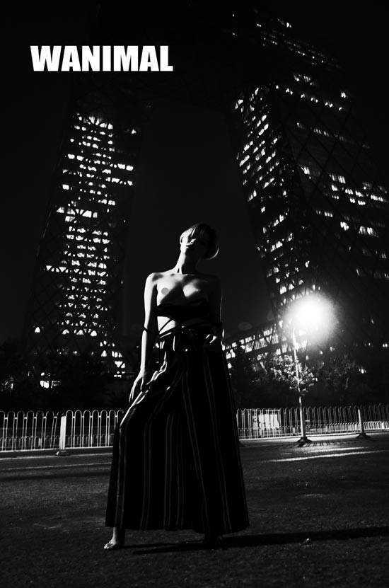 女子在圆明园遗址长城拍人体写真