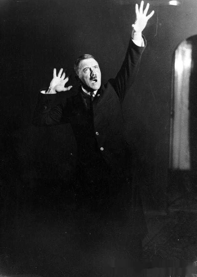 希特勒在对着镜子练习演讲语言和动作及表情.图片