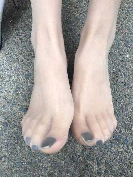 美脚配美鞋:ol风白色高跟搭配超薄肉丝,靠近我温暖你!