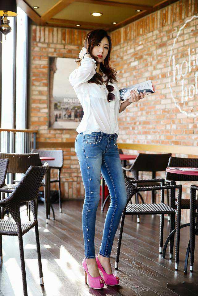 健身女教练牛仔裤生活照显完美身材