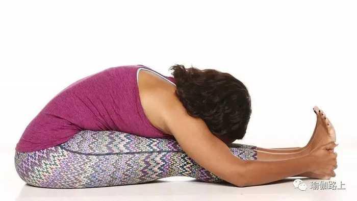 从热身开始做好瑜伽单腿鸽子式图片