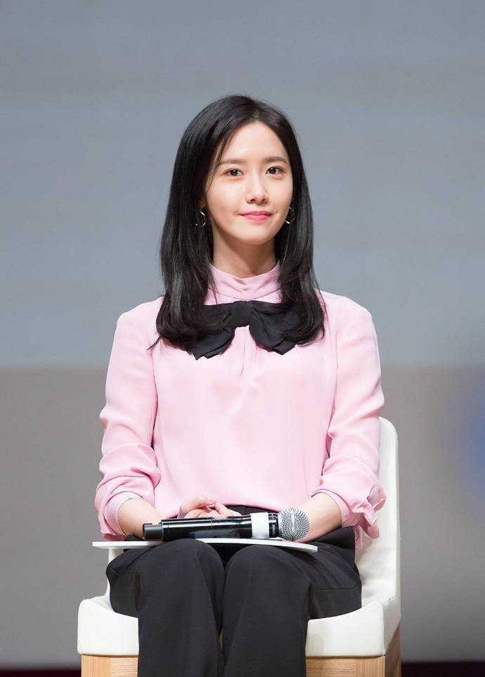 韩国第一仙女之称的林允儿,笑起来时可爱至极  在很多人的心目中,林允儿是南韩第一仙女。因为她拥有高绝的颜值,且气质甜美,当她笑起来时,仿佛世界都因此发亮。古龙说,爱笑的女孩儿运气通常不会太差。那小编想,就林允儿个例来讲,古龙说的这句话是对哒~  林允儿笑容满面,简直不能再可爱~  林允儿侧颜嘟嘟嘴。  回答问题,颜值满分,感觉有点呆萌呦。  林允儿。  林允儿回眸一笑倾国倾城。  韩国第一仙女之称的林允儿,笑起来时可爱至极