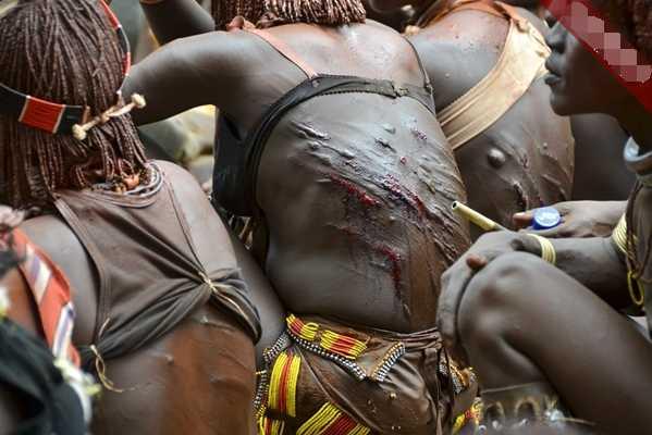 成人被下媚药的女人们_直击哈马尔部落成人礼 ,女人以抽打留下的伤疤为美!