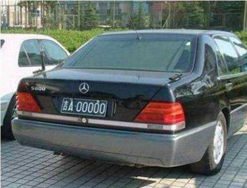 这辆老款虎头奔驰s600也是狠,什么88888和66666跟这个车号比起来简直图片