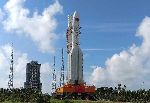 长征五号运载火箭垂直转运至发射区 预计11月初发射