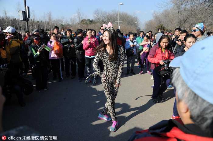 北京奥森光猪跑 比基尼美女抢镜图片
