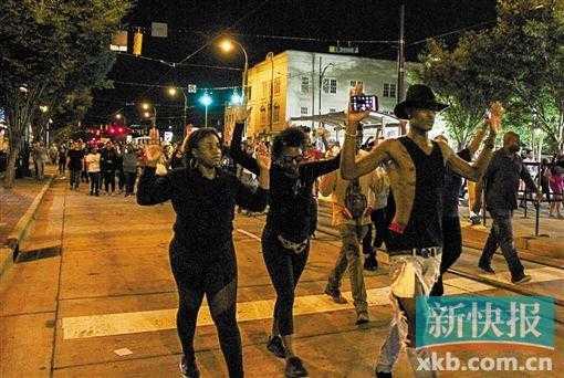 示威进入第三天美夏洛特市宣布宵禁