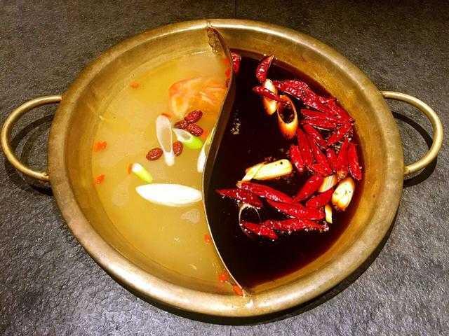 川派火锅特有的鸳鸯锅,一半清汤,一半红汤.