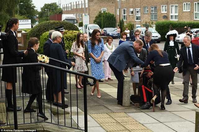 威廉王子访校时72岁官员突然倒地 围观群众表情亮了