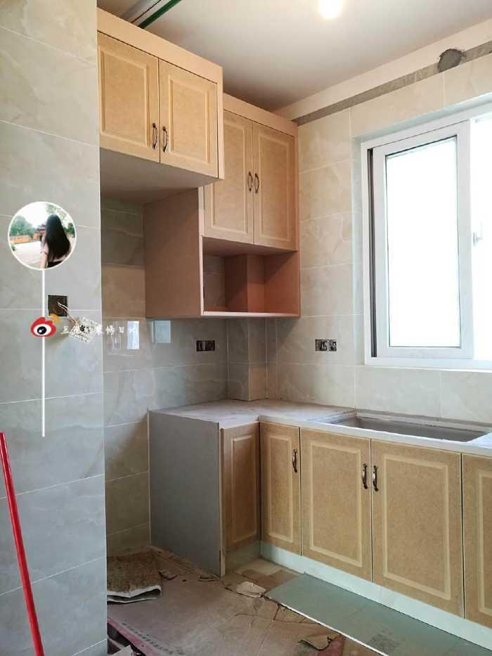 木工师傅仿国外的橱柜,在厨房砖砌橱柜的转角做了这样