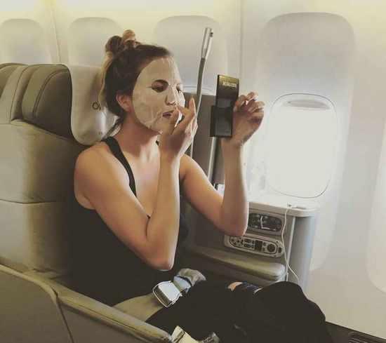 女明星在长途飞机上拼命喝水 原来另有原因