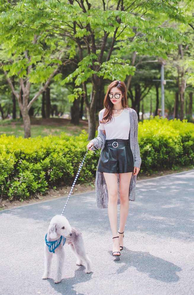 高颜值遛狗美女时尚街拍