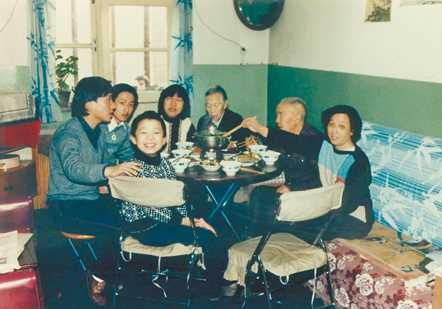 一家人围坐在一起吃火锅
