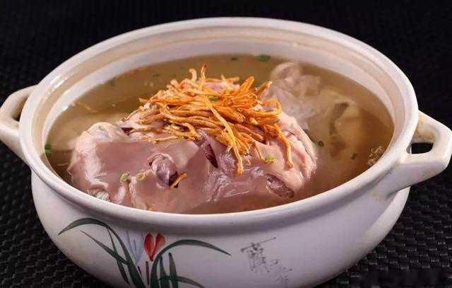 肚包鸡是南方民间家人流传了数百年的传统美食,历史非常悠久,是妇女坐
