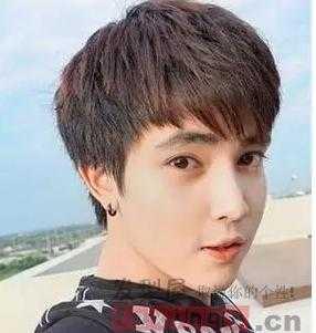 圆脸男生也适合的心形 刘海发型 ,简洁的 黑发 ,经过时尚的设计,烫成图片
