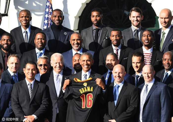 美国总统奥巴马接见nba冠军球队,获赠16号球衣