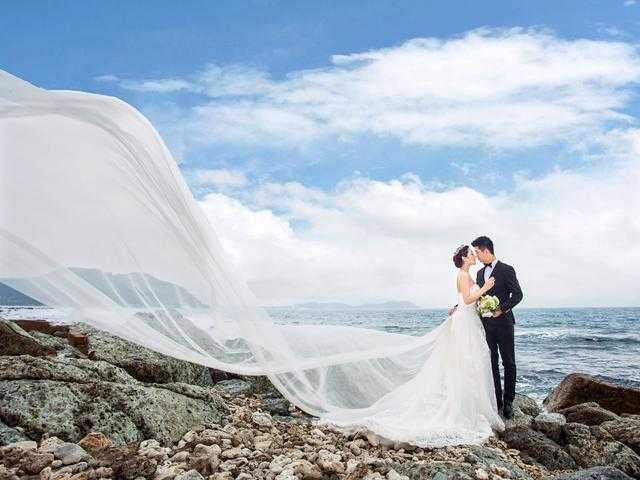 穿上一套美丽洁白的婚纱,站在海边的礁石上,男士单膝下跪,浪漫悠然而