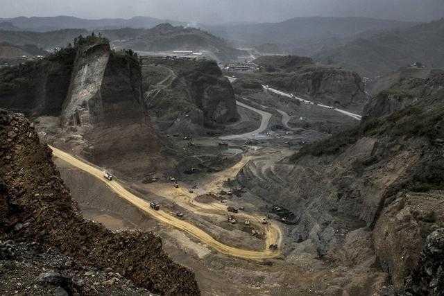 而这里是缅甸一个政府授权经营的玉矿,在大规模的开采!
