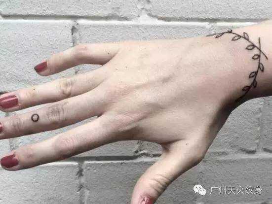 一,单链条手环纹身 适合:喜欢简约风的girl 如果你是喜欢简约风格的