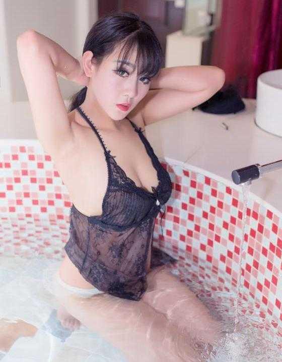 性感美女黑色内衣湿身写真