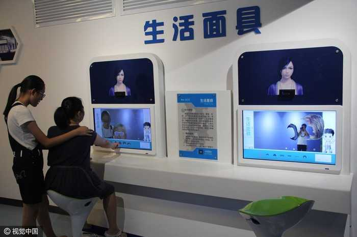 2016年9月24日,山东滨州,市民在科技馆体验ai互动,变脸游戏.图片