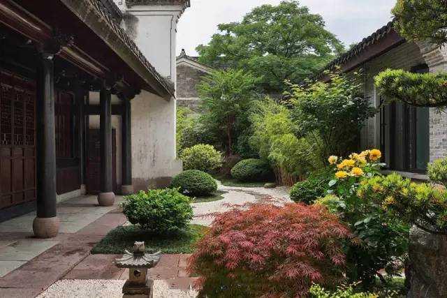 中式庭院摒弃了传统欧式别墅的张扬和轻飘之后