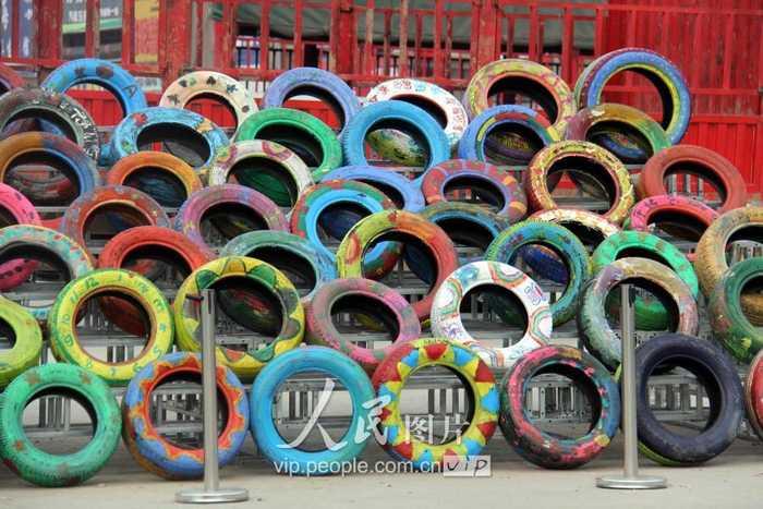 轮胎涂鸦_安徽芜湖:报废汽车轮胎成街头涂鸦艺术品
