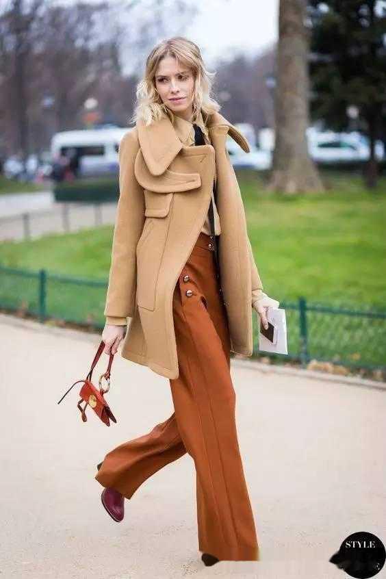 驼色大衣搭配同色系阔腿裤