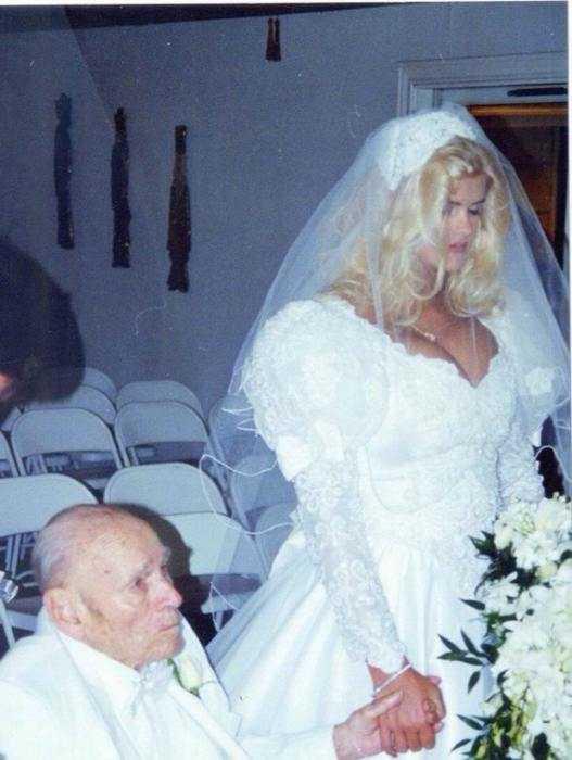 1994年,26岁的安娜妮可史密斯嫁给了石油大亨亿万富翁j·霍华德