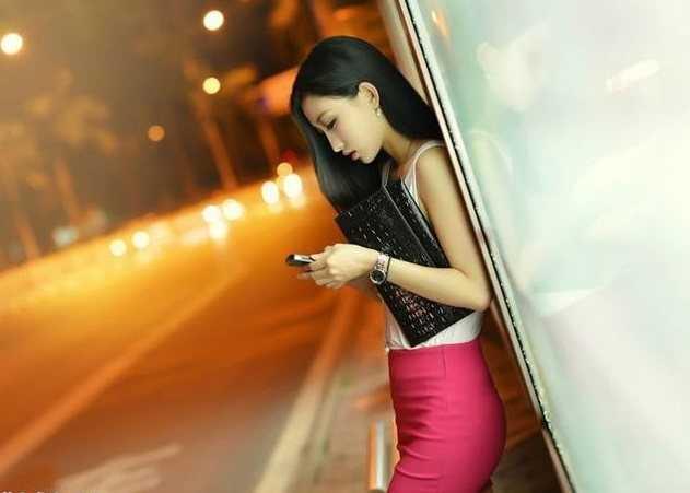 社会 文章详情  街拍:深夜,公交车站台等车的时尚美女!