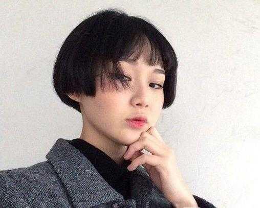 齐耳短发还可以试试这样的蘑菇头造型,发尾厚重而整齐,搭配空气刘海