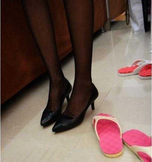 短裙,高跟鞋是售楼小姐必备的职业装.